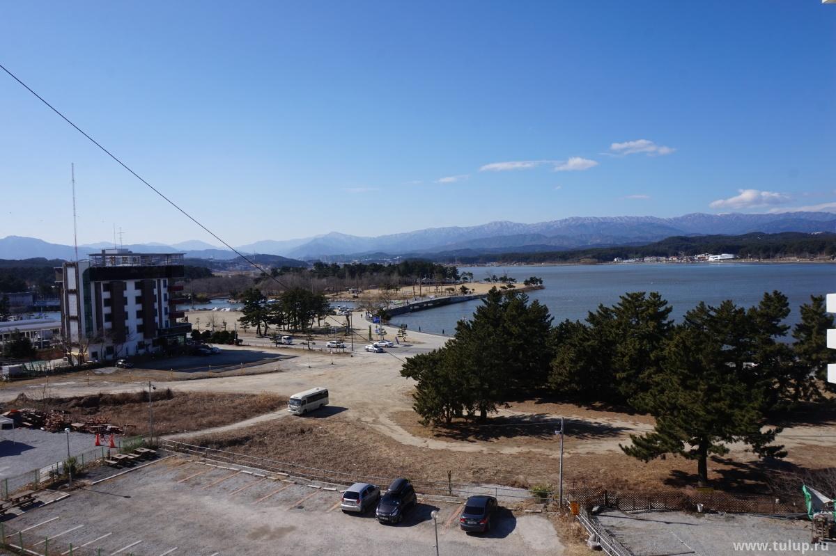 Вид на озеро и горы к западу от Каннына