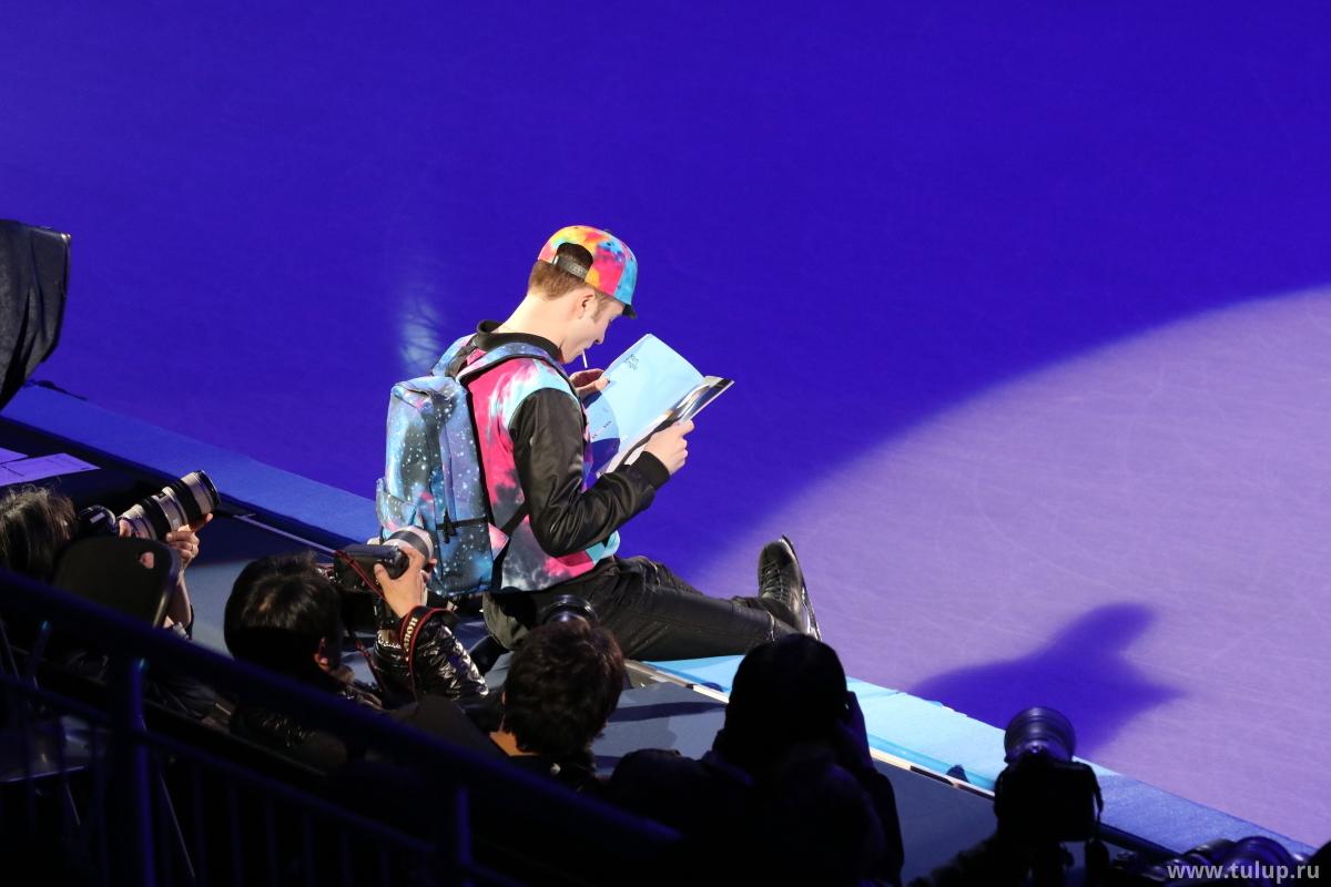 Миша Гэ привлекает больше внимания чем остальные участники даже когда просто сосет лолипоп и читает журнал, сидя на бортике