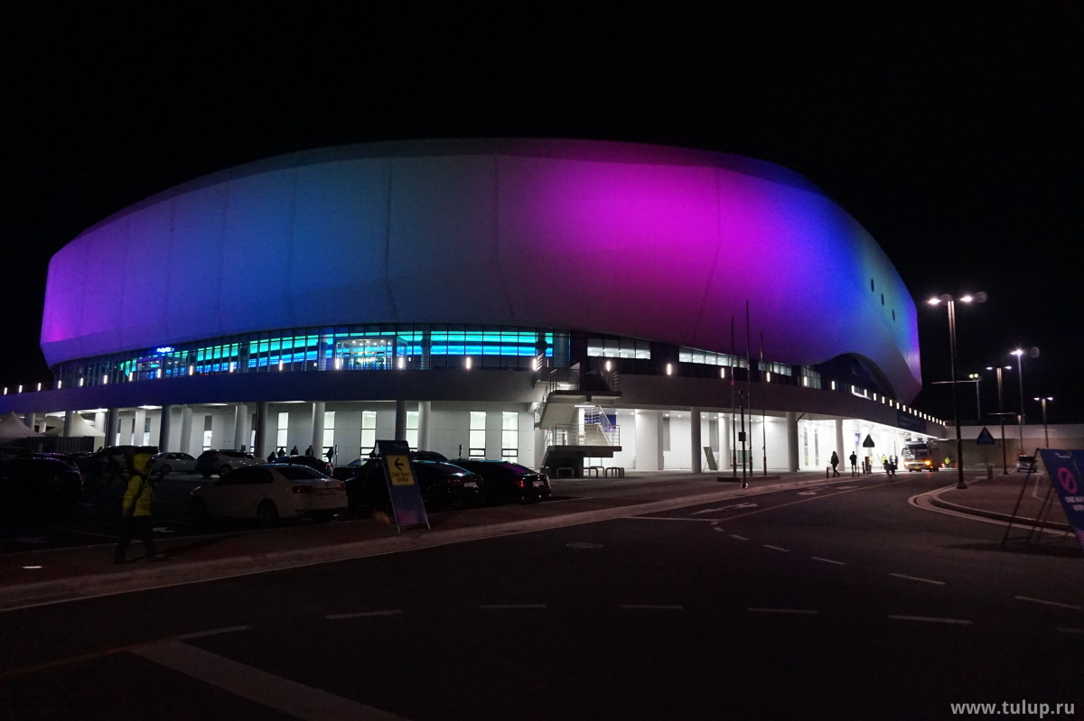 Здание олимпийской арены 2018 ночью