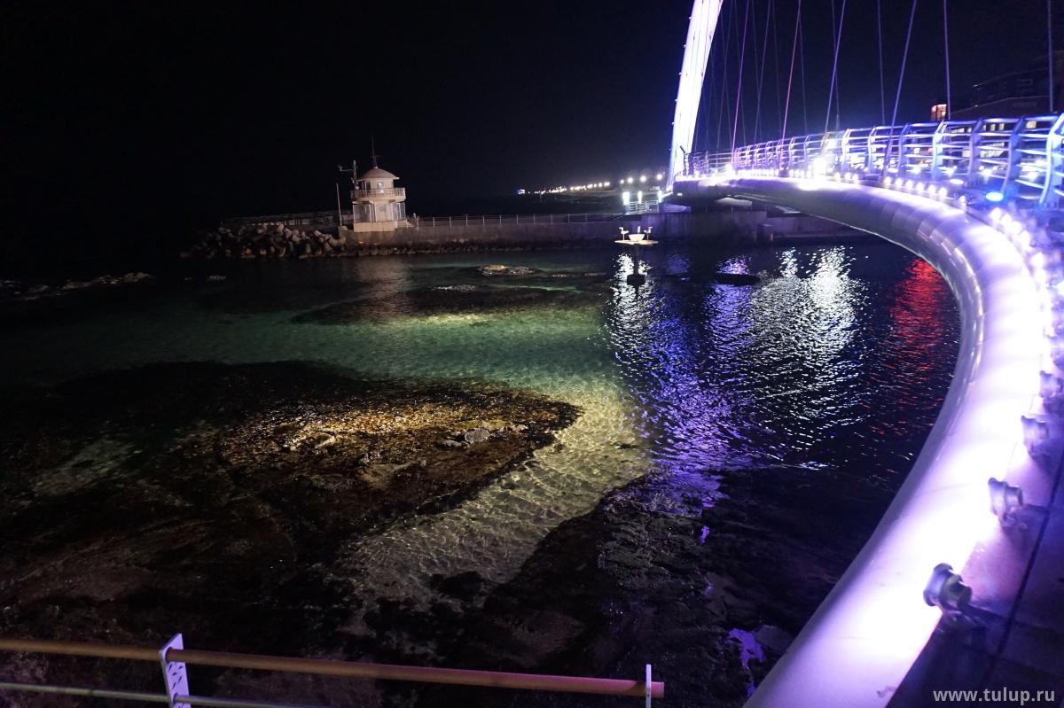 Мост и маяк в месте, где река впадает в Восточное море