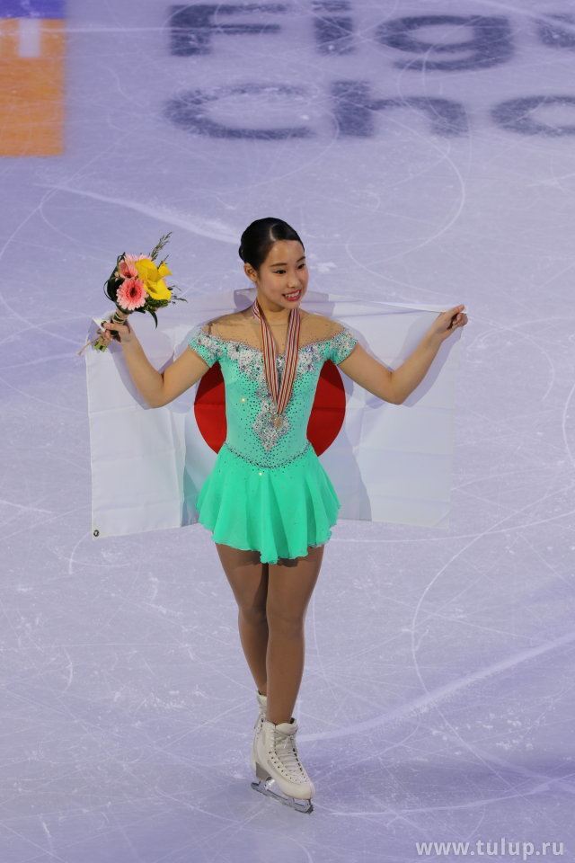 Маи Михара с флагом