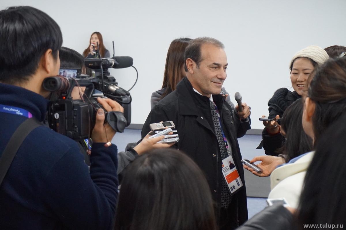 Рафаэль Арутюнян улыается после победы Нэйтана Ченя