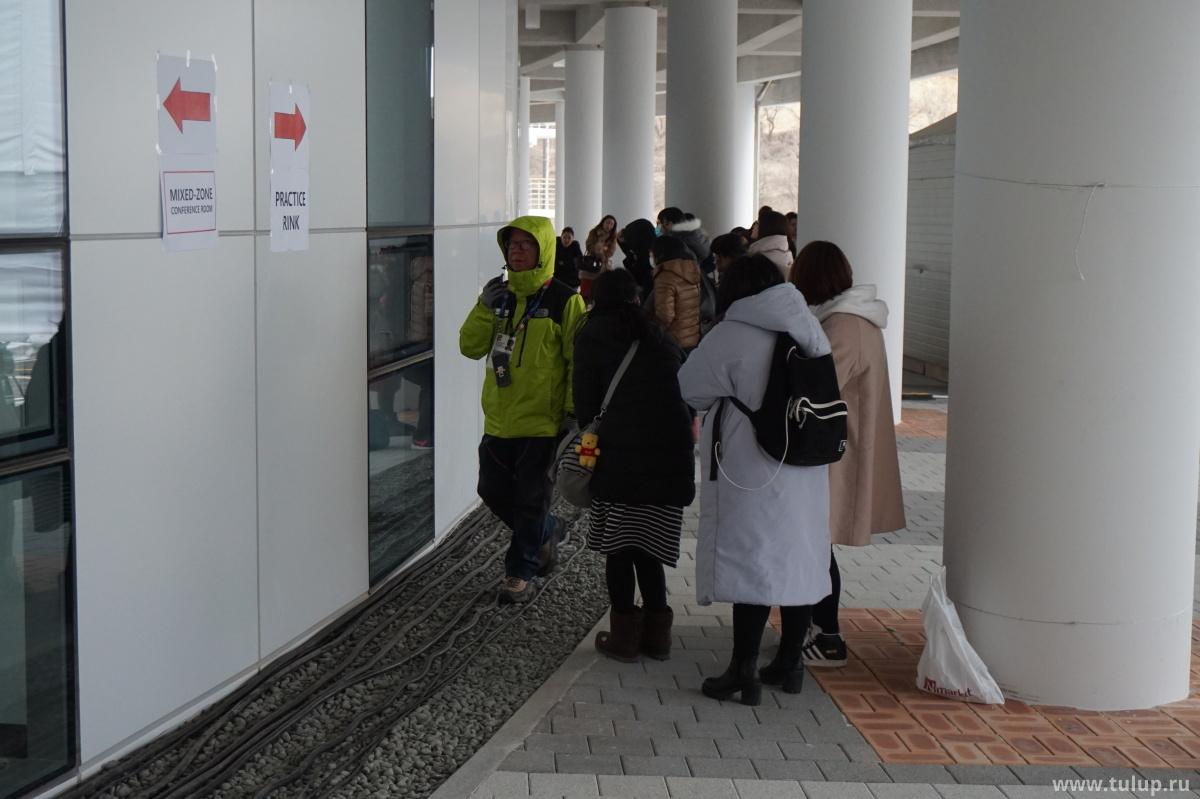 Crazy fans stalk Yuzuru Hanyu at Olympic arena. Сумасшедшие фанатки преследуют Юзуру Ханью, подглядывая в окна пресс-зала.
