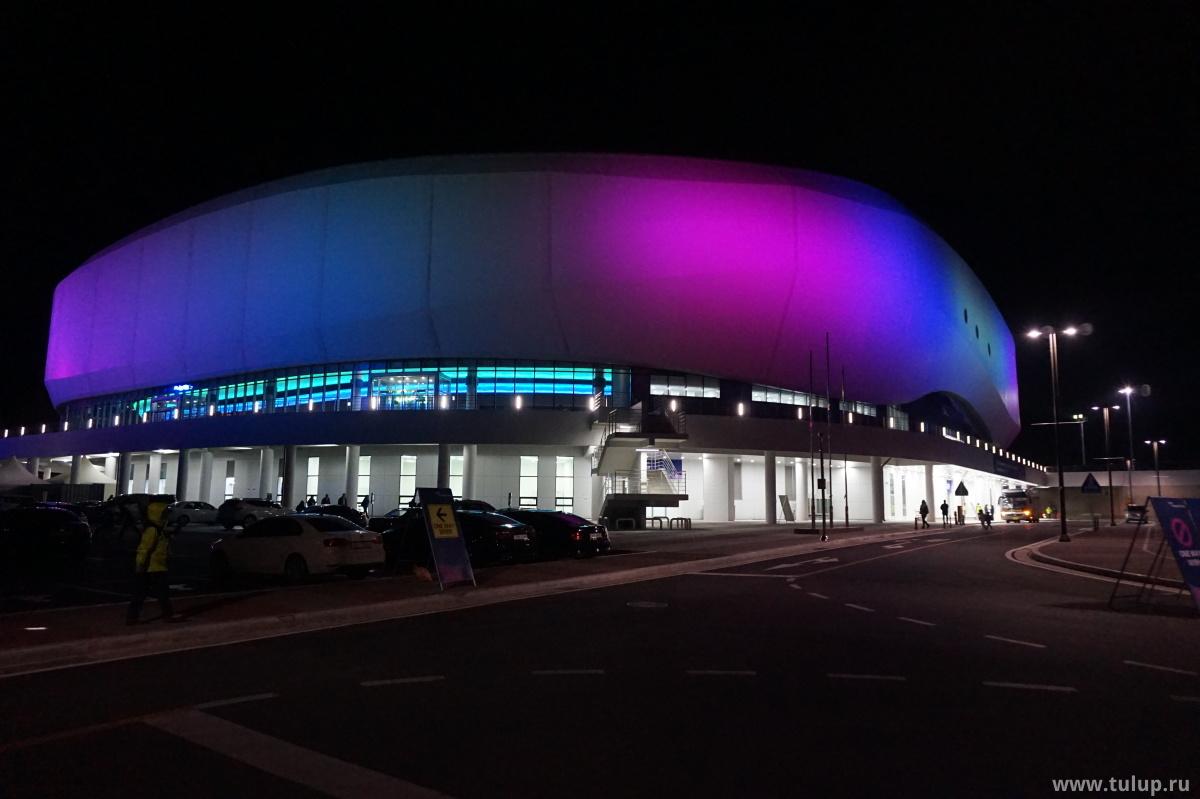 Олимпийская Арена ночью: вид с заднего двора