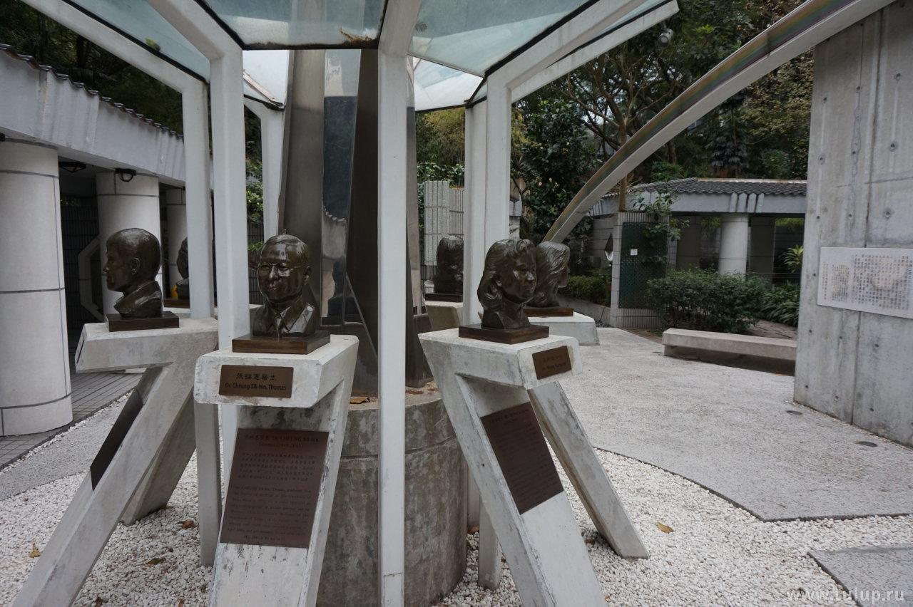 Мемориальная инсталяция докторам, боровшимся с эпидемией