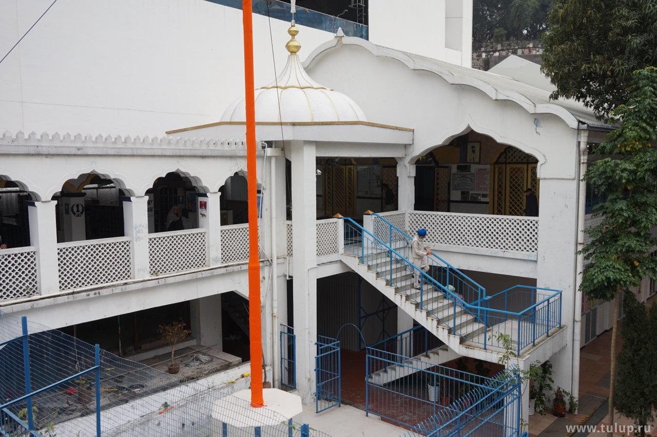 Сикхи выходят из храма