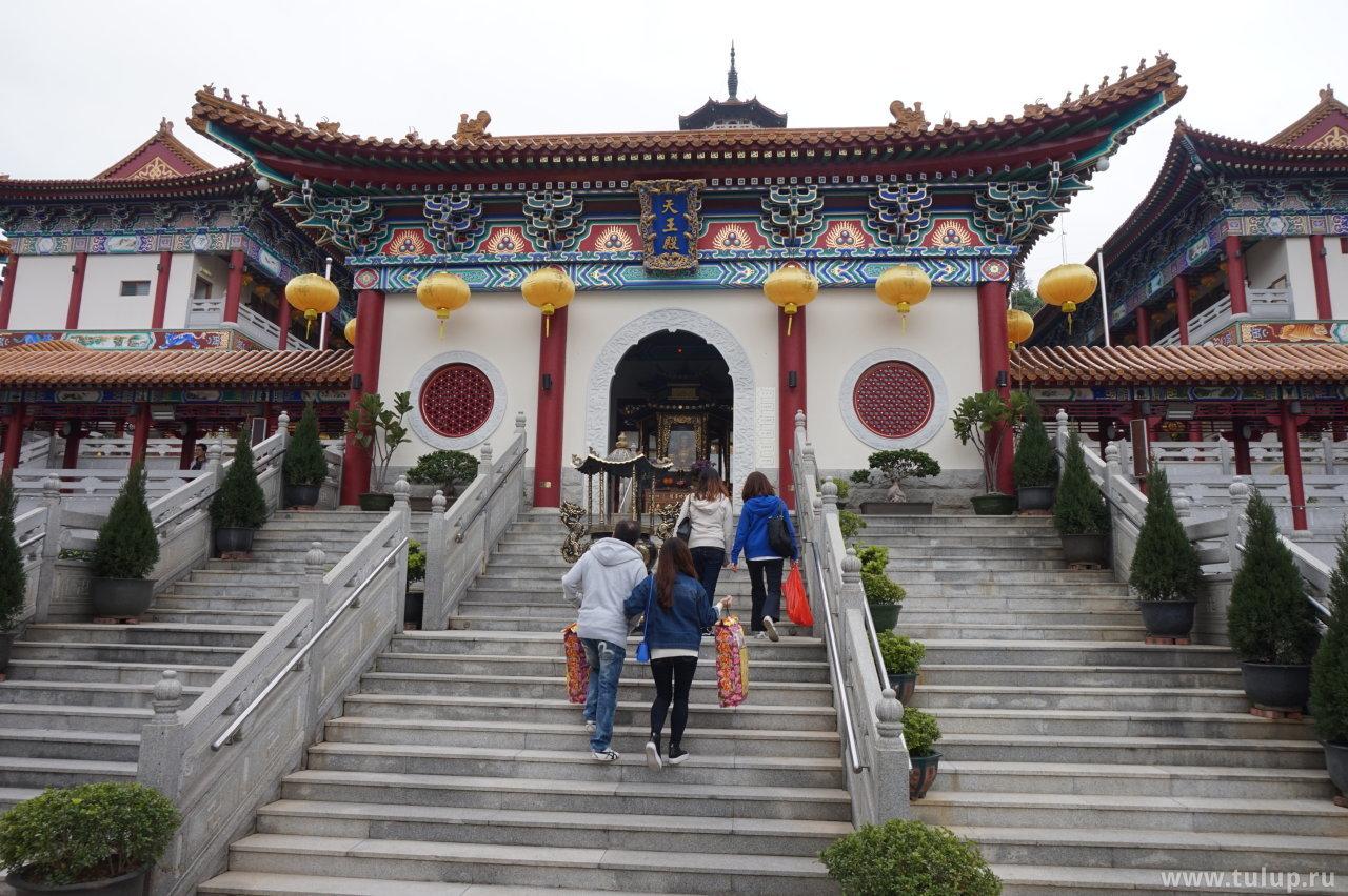 Павильон небесного владыки с традиционными архатами внутри