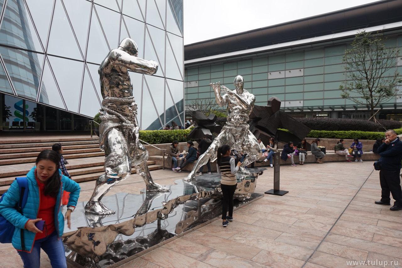 Мужик справа крепко задумался над тайным смыслом скульптуры