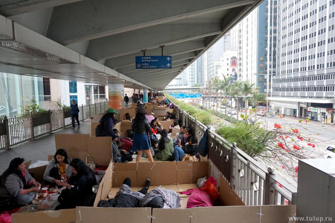 Филлипинские домработницы в выходной день тусуются в картонных коробках по всему даунтауну