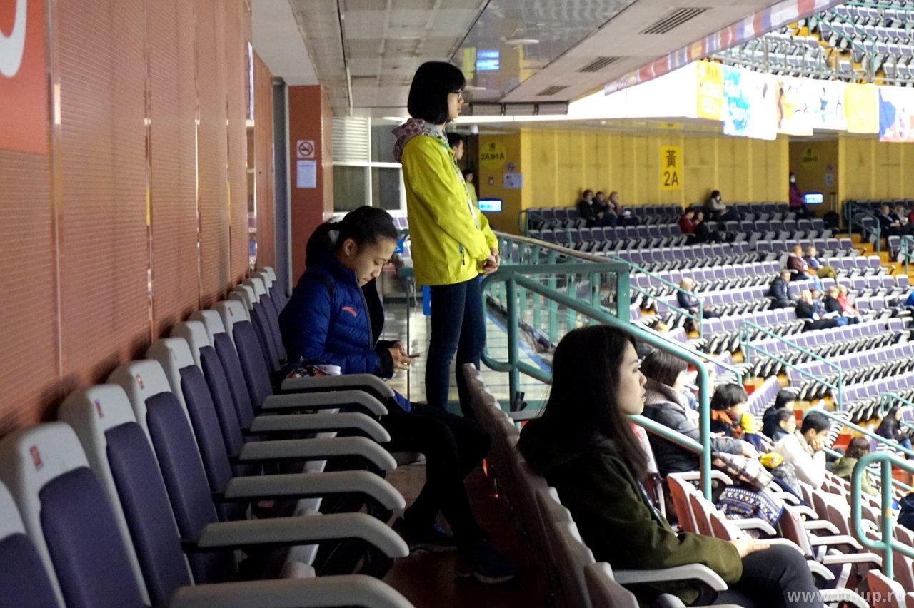 Ли Сяннин играет в телефон во время прокатов юношей