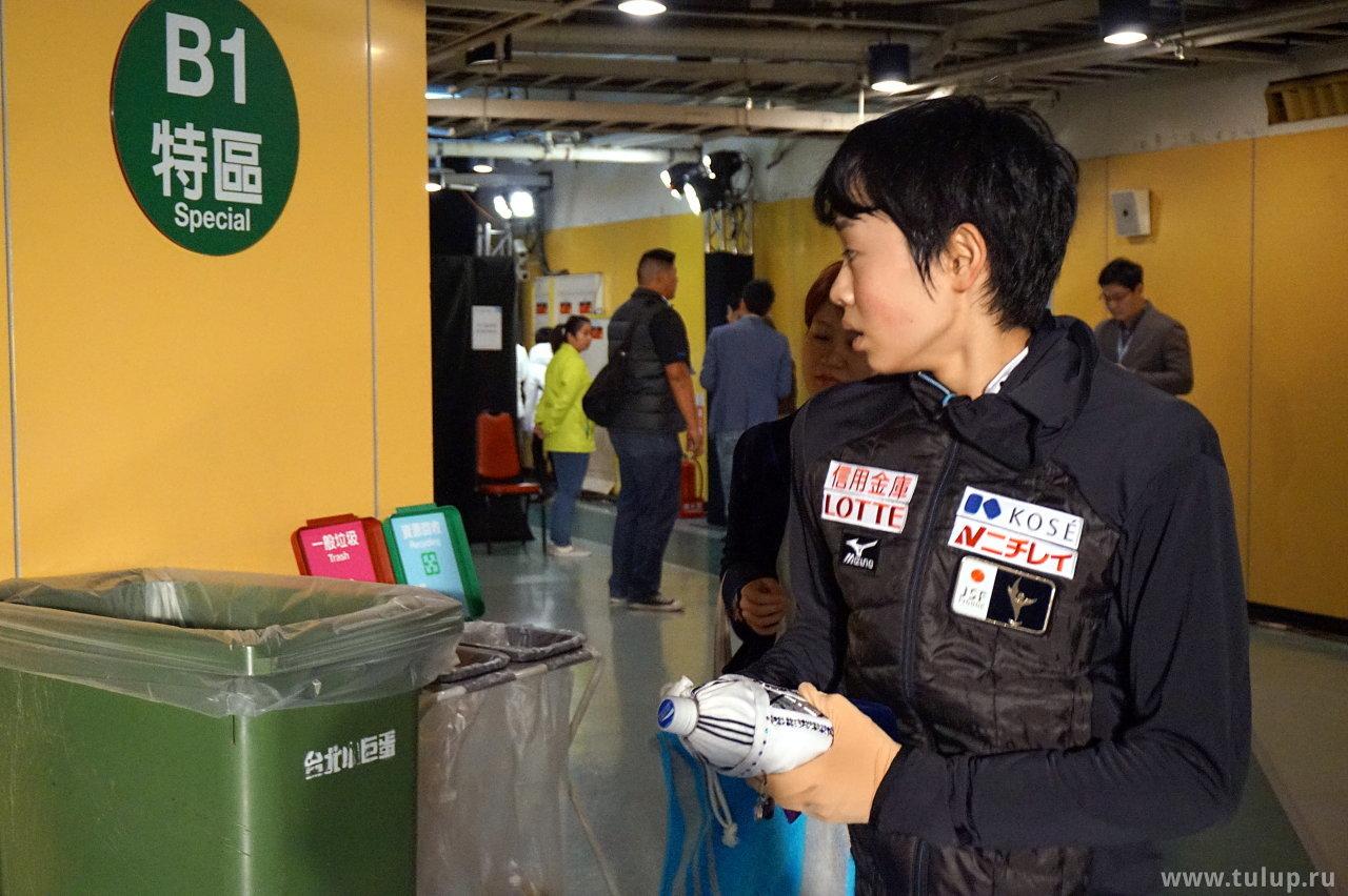 Koshiro Shimada нервно озирается на мусорный бак