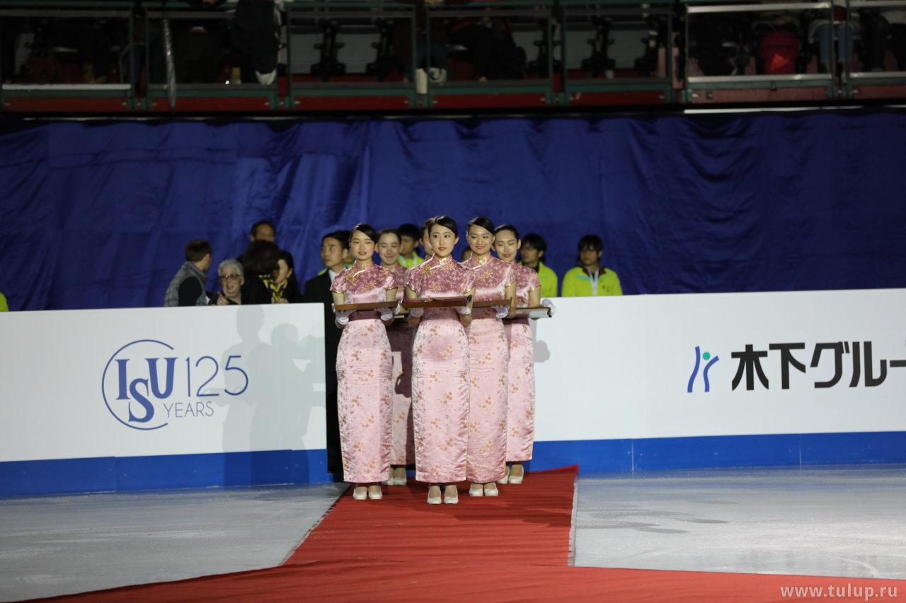Тайваньские барышни несут медали