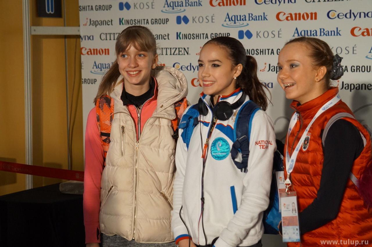 Алина Загитова с подругами