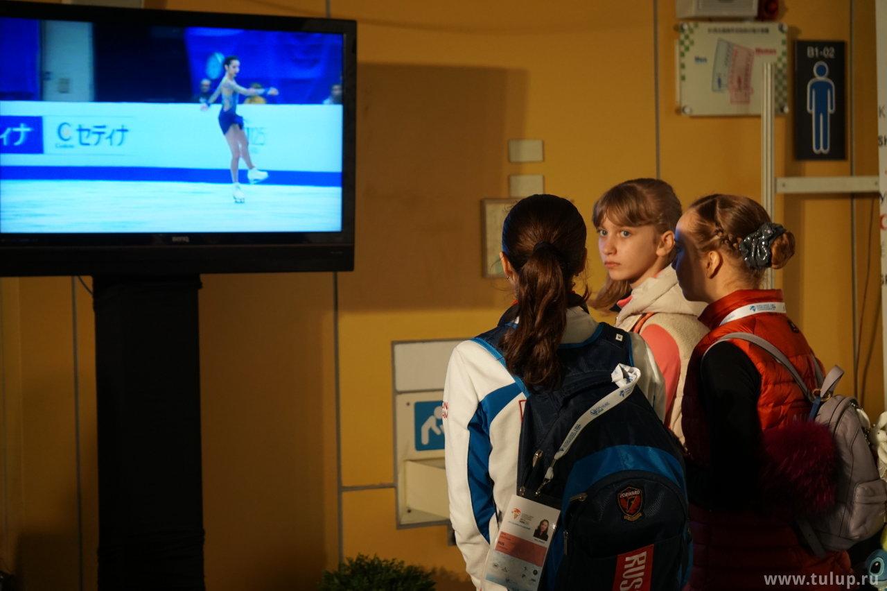 Русскоговорящие девушки смотрят прокат Полины Цурской