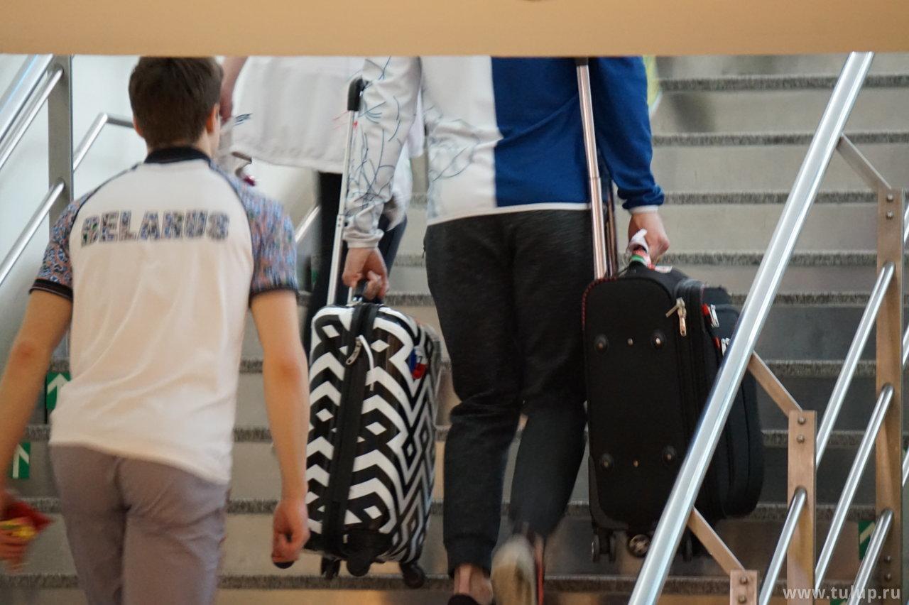 Александр Синицын — единственный замеченный джентльмен, поднимающий чемодан партнерши по лестнице