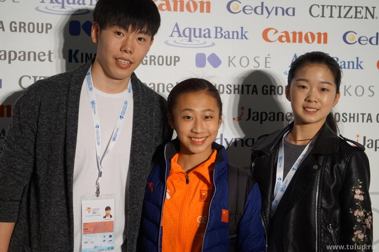 Li Xiangning с пришедшими ее поддержать парниками Gao — Xie