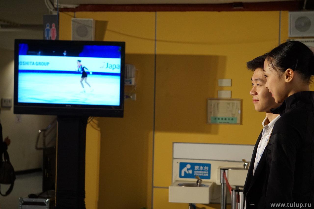 Yi Christy Leung на фоне катающейся Константиновой