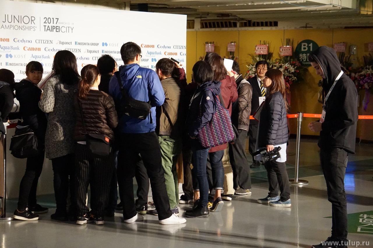 «Японская делегация» окружила Kaori Sakamoto