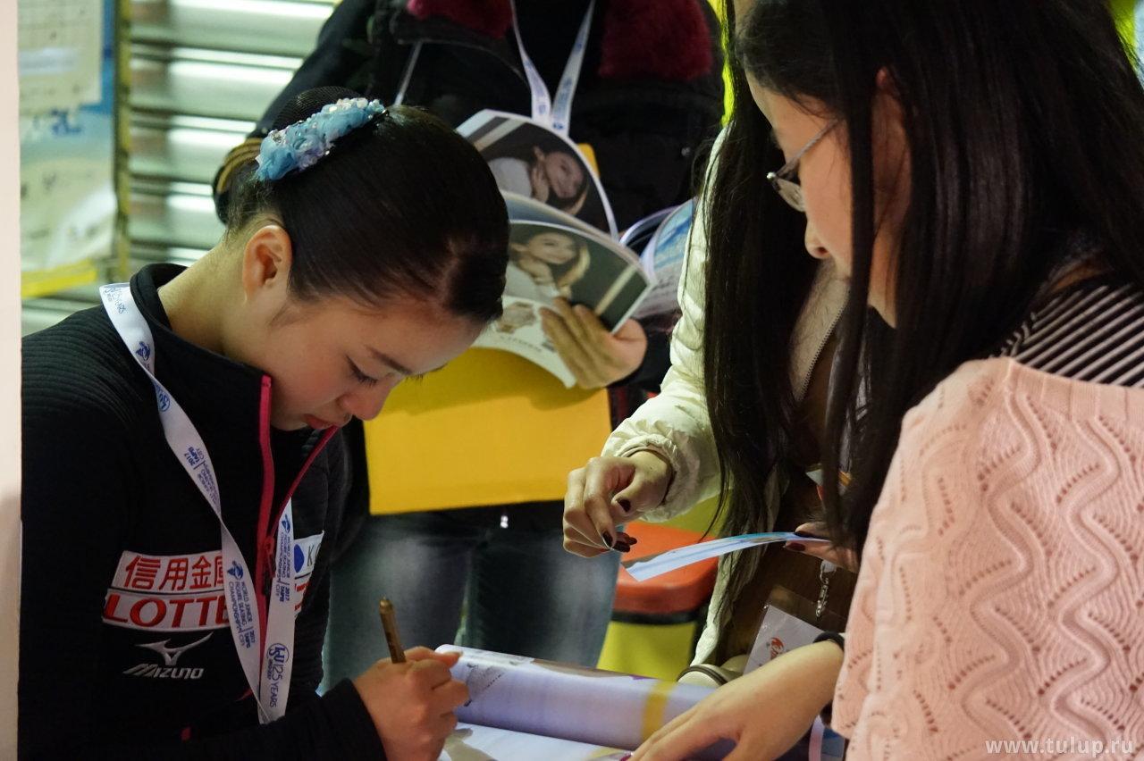 Yuna Shiraiwa раздает автографы