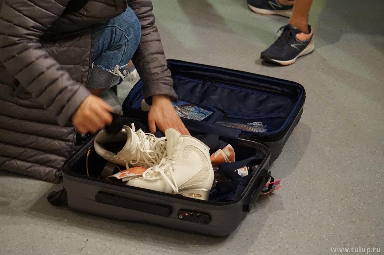 Тренер пакует коньки Eunsoo Lim
