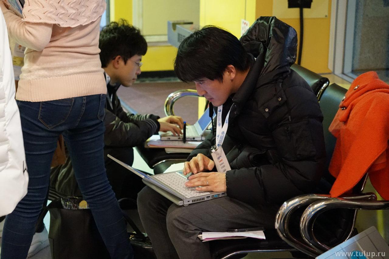Японский журналист строчит репортаж