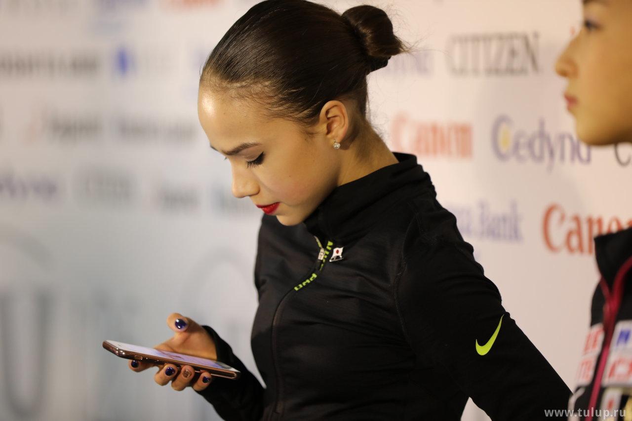 Alina Zagitova не может оторваться от телефона