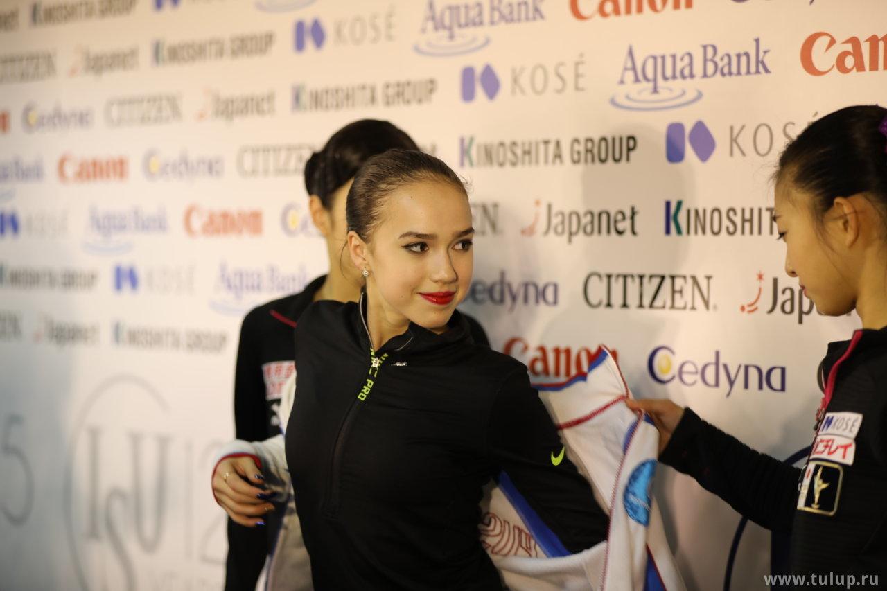 Kaori Sakamoto помогает Алине Загитовой одеться