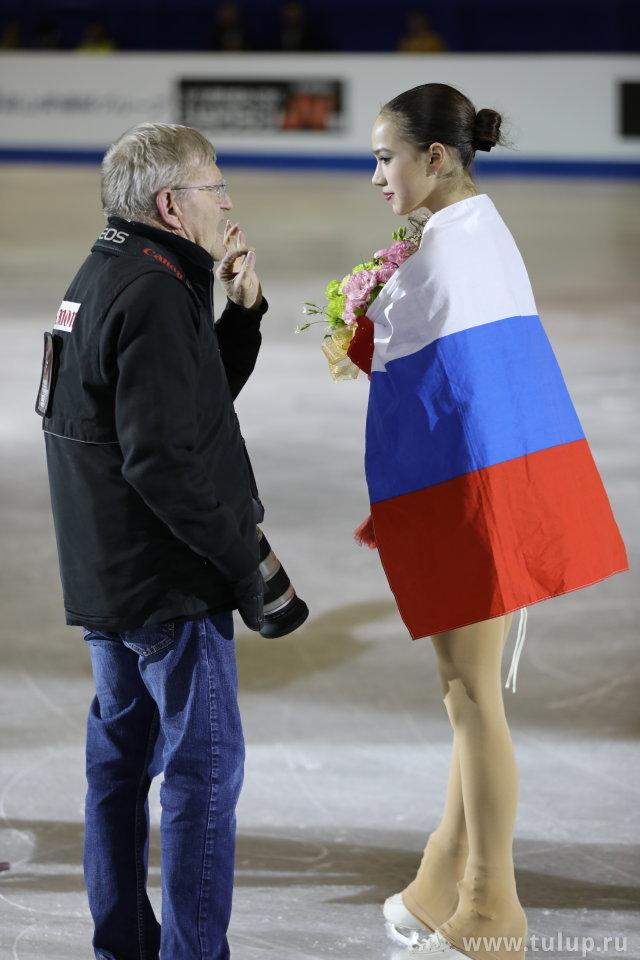 Алина Загитова получает указания