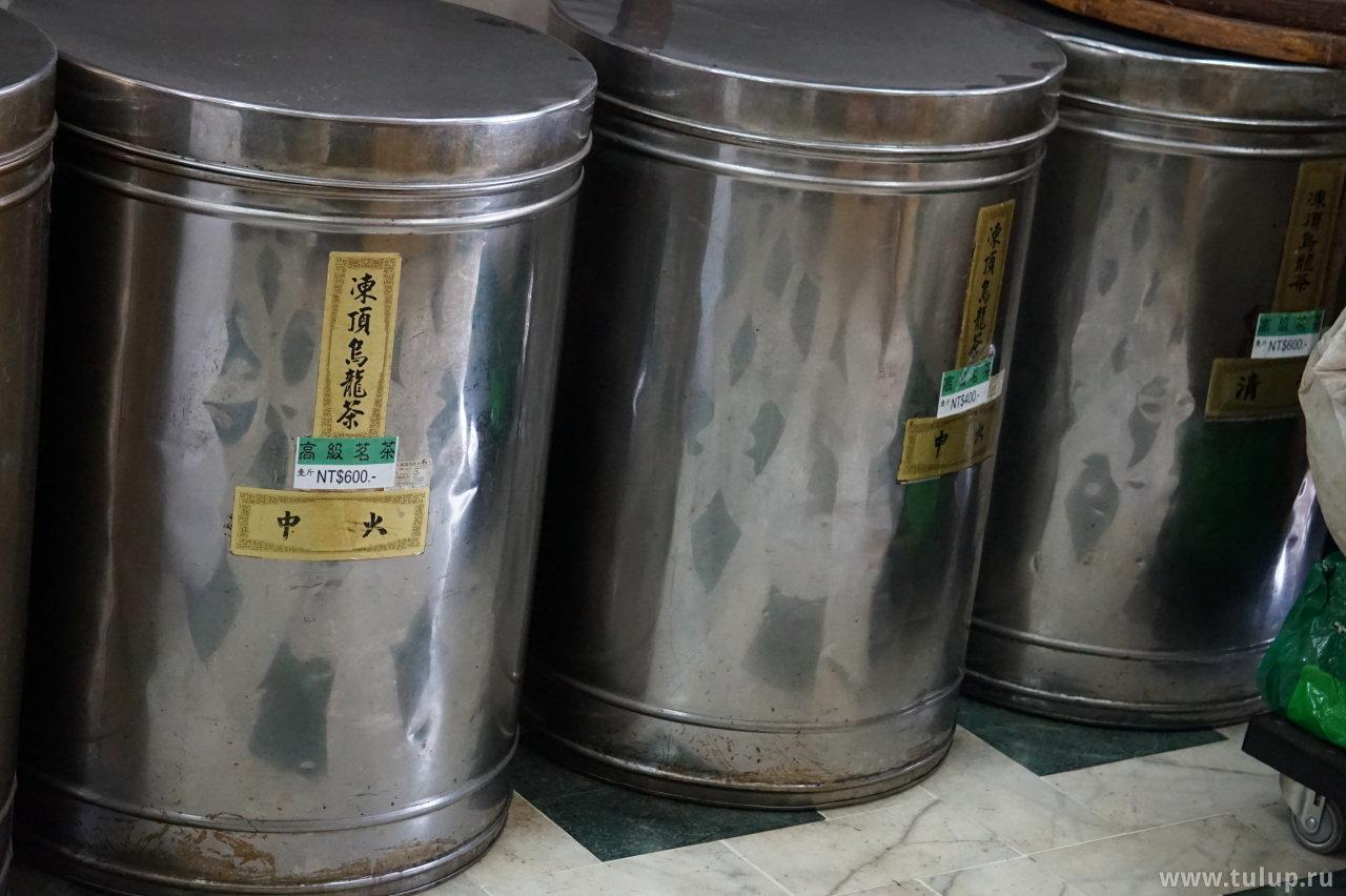 Бочки с чаем в чайной лавке (верхняя надпись — название чая, нижняя — время сбора)
