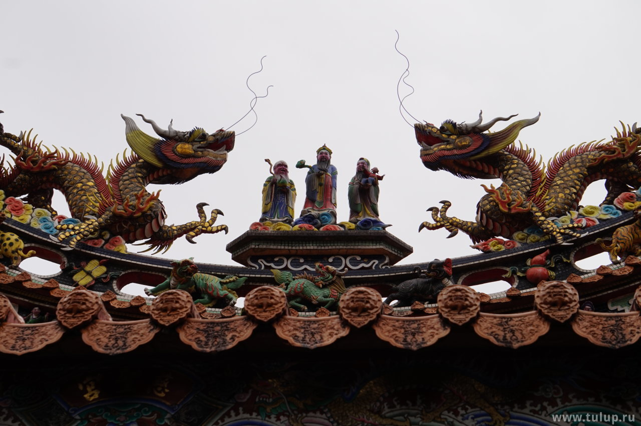 Божества в окружении драконов