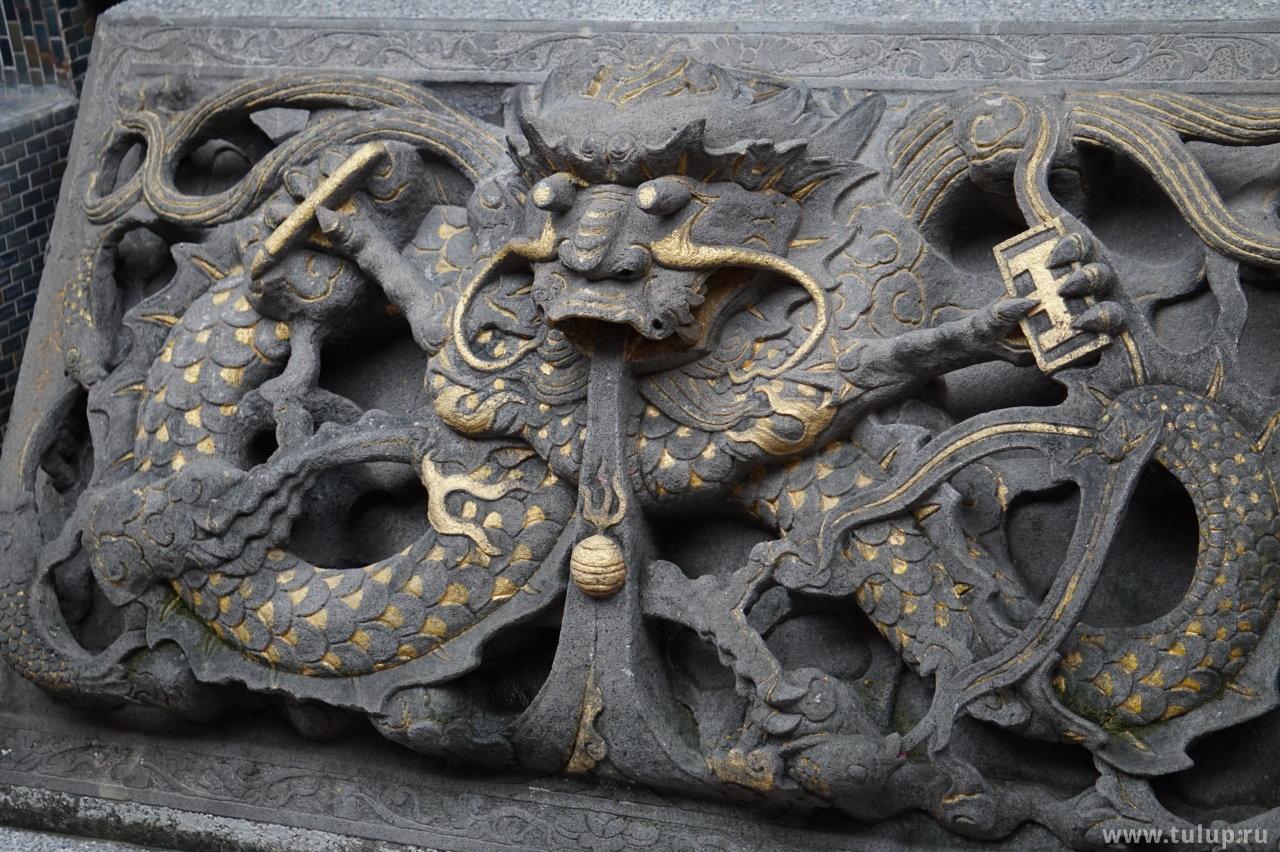 Дракон с символами власти