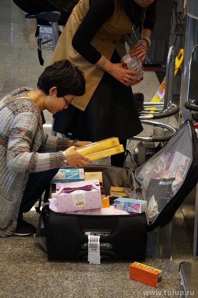 Материковые китайцы накупили слишком много дунсей (вещей), и не могут их упаковать