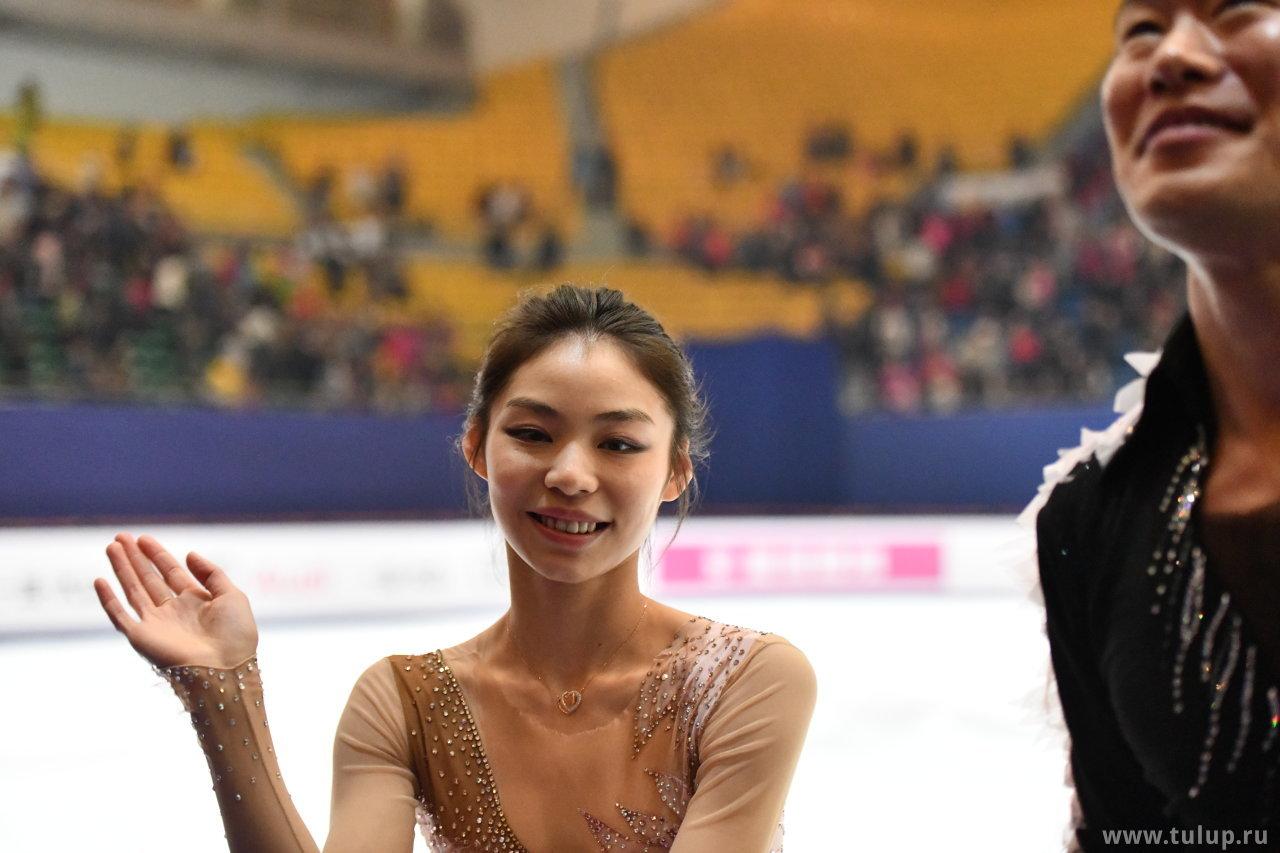 Yu Xiaoyu улыбается и машет