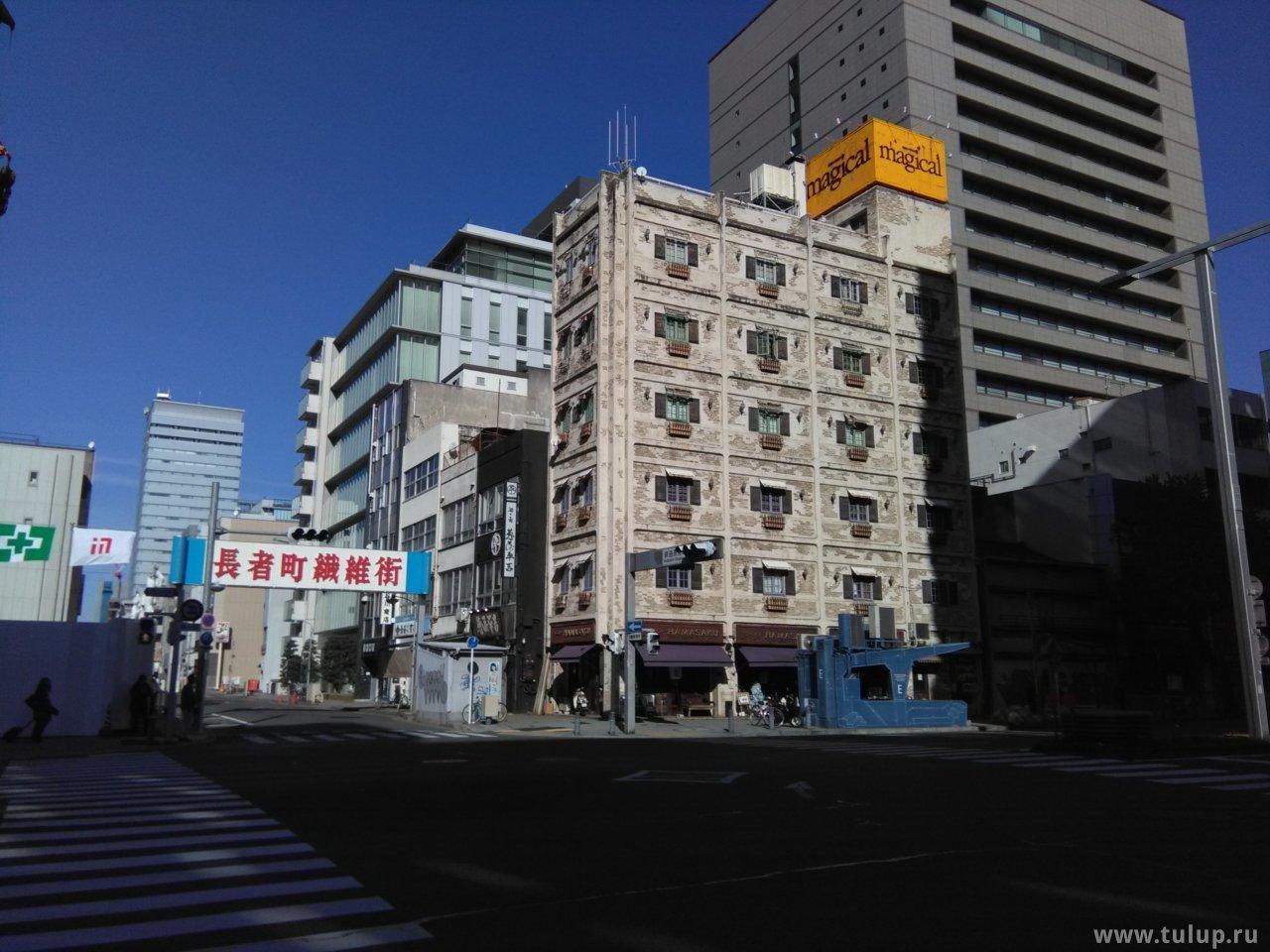 Старое здание напротив отеля