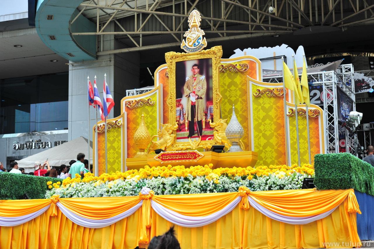 Алтарь императора у входа в искомый шоппинг-молл