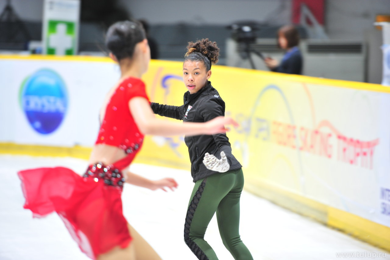 Starr Andrews вызывающе смотрит на Chen Hongyi