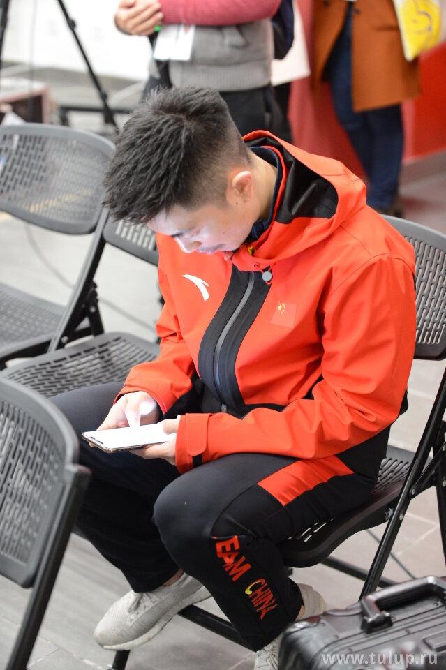 Han Yan texts Jin Boyang to get here ASAP