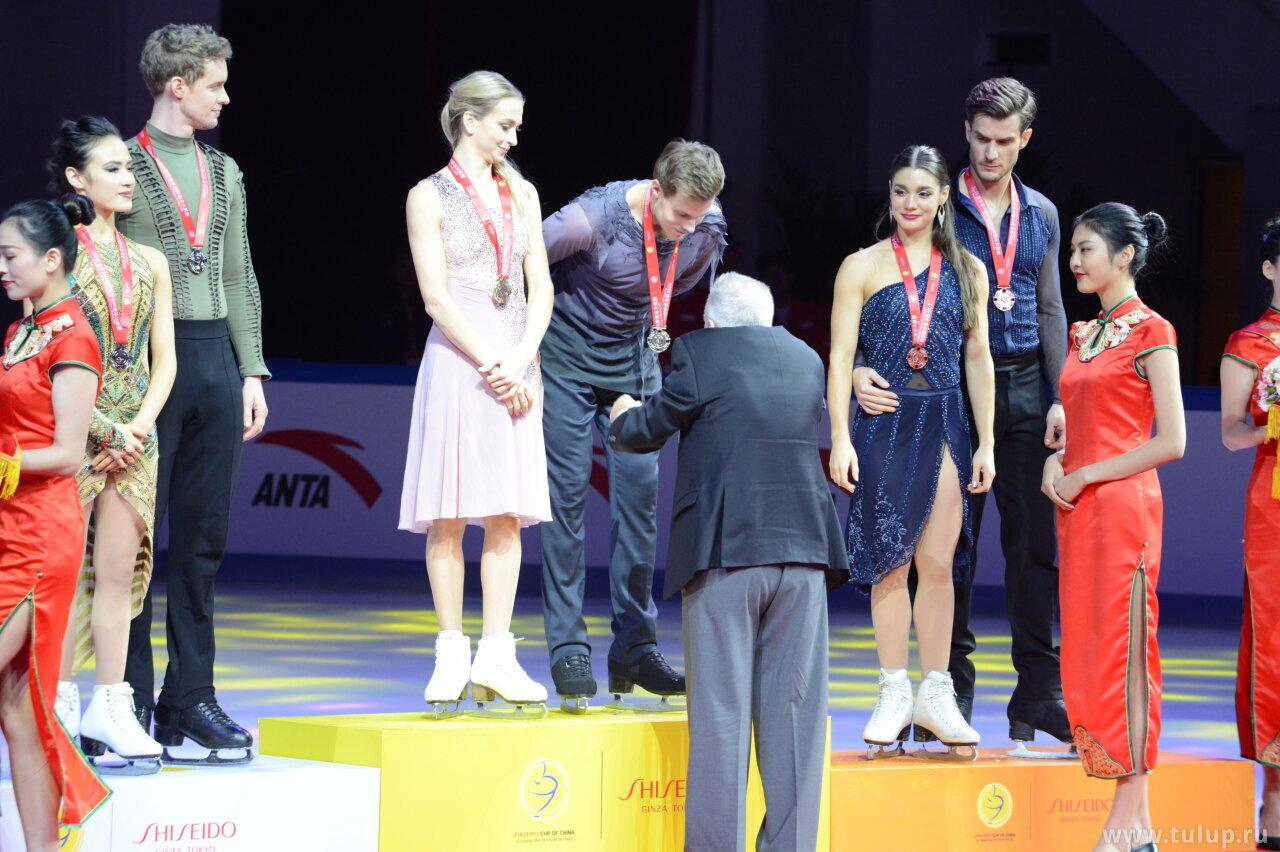 Alexander Lakernik awards Victoria Sinitsina and Nikita Katsalapov