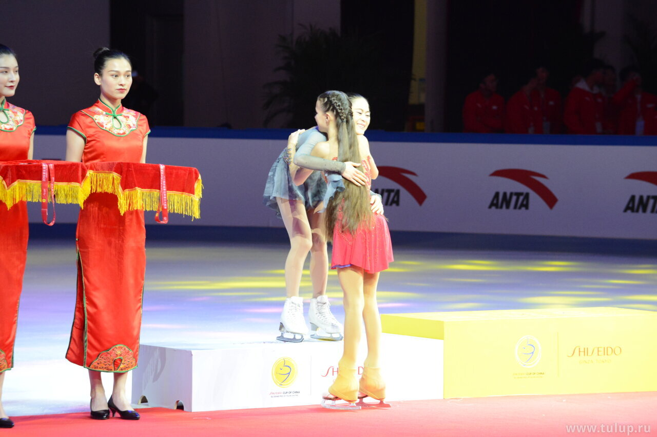 Anna Scherbakova hugs Satoko Miyahara