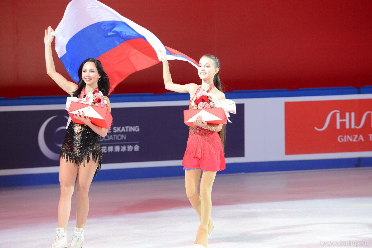 Anna Shcherbakova and Elizaveta Tuktamysheva are carrying Russian flag around the ice