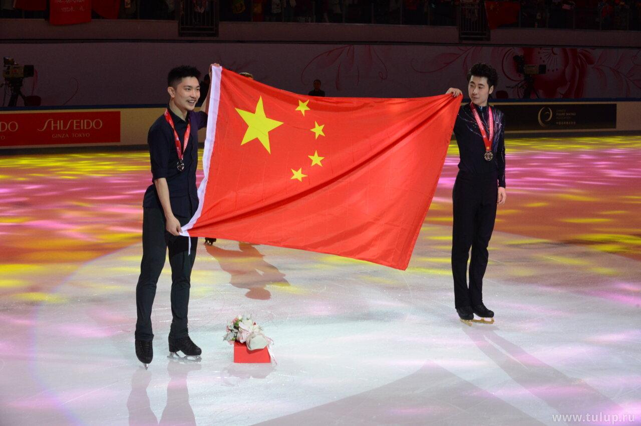 Yan Han and Jin Boyang with Chinese flag